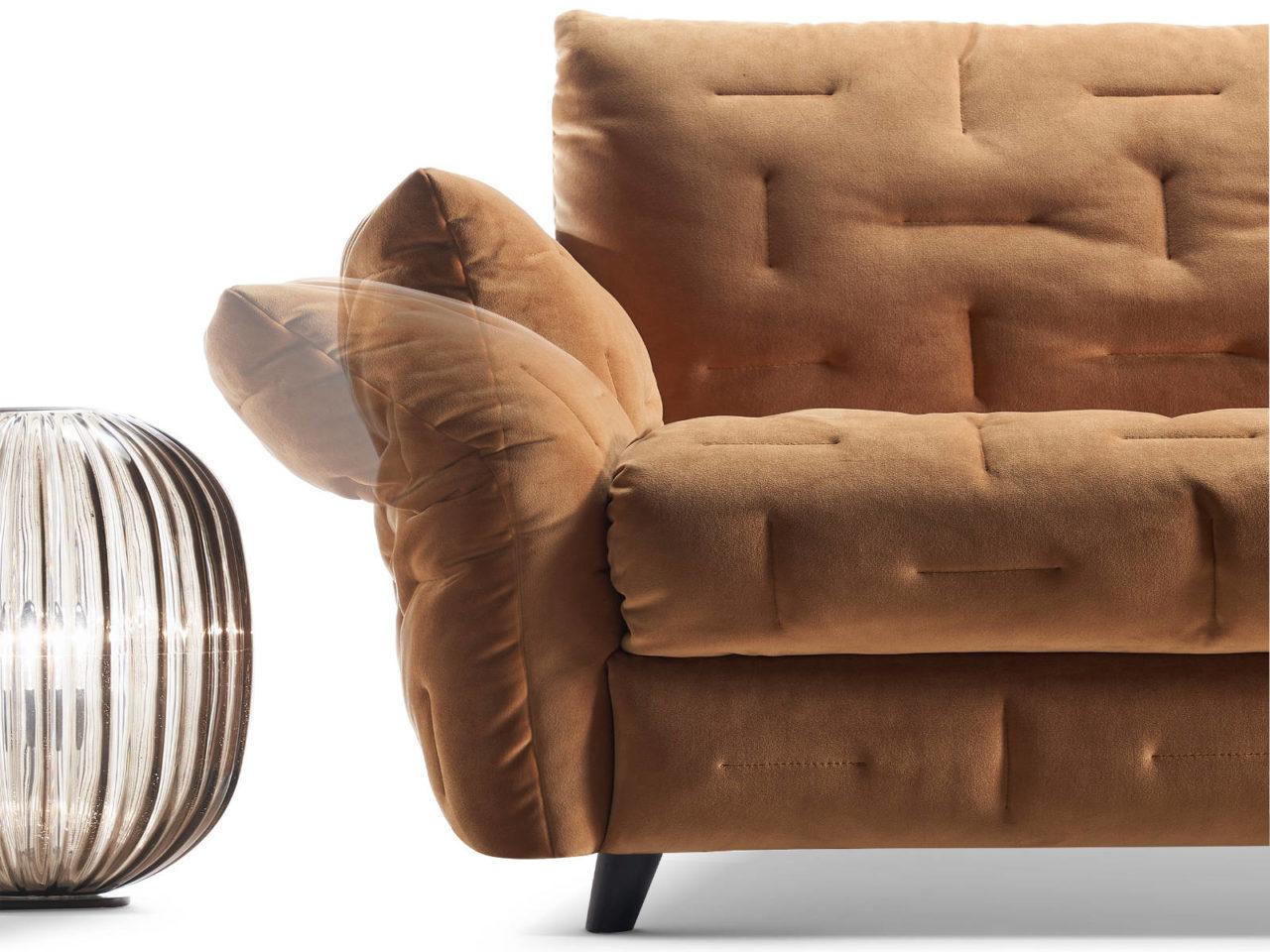 Particolare braccioli reclinabili divano classico Mithos