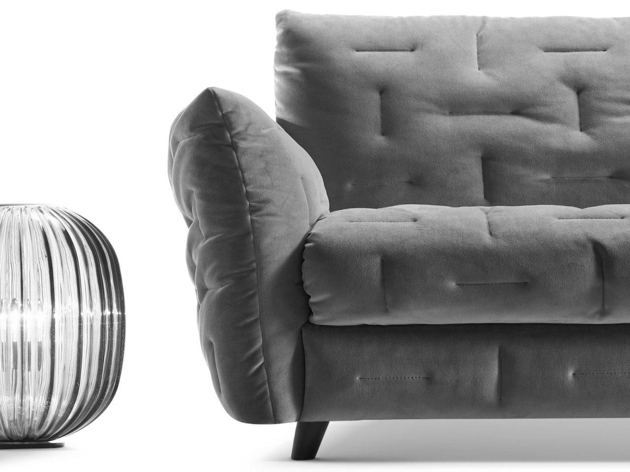 Particolare bracciolo in altro rivestimento divano classico Mithos